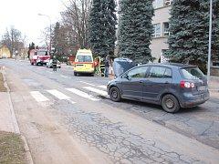 Srážka vozidel na přechodu pro chodce u školy ve Skřivanech.