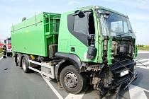 Dopravní nehoda nákladního automobilu a cisterny na silnici I/33 v Trotině.