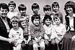 Třída neslyšících předškoláků s učitelkami Evou Brandejsovou a Ludmilou Stejskalovou v červnu roku 1987.