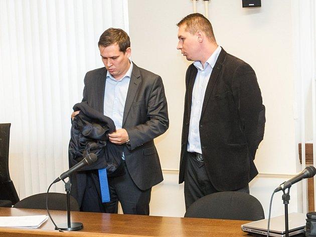 Martin Banáš a Zbyszek Cienciala u Krajského soudu v Hradci Králové.