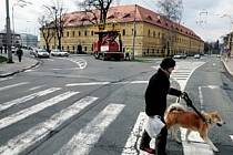 Křižovatka u schodiště Bono Publico v blízkosti zimního stadionu v Hradci Králové.