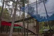 V Hradci finišuje stavba hřiště v korunách stromů.