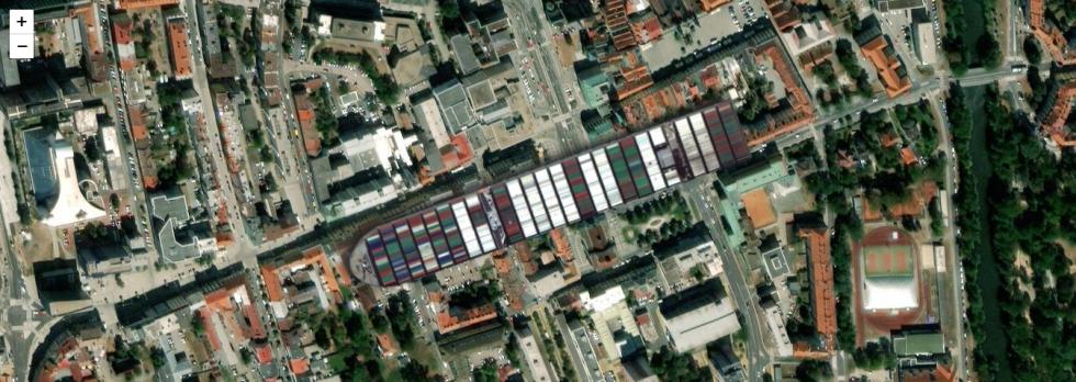 Jak by uvízlá kontejnerová loď ze Suezského průplavu vypadala v centru Pardubicích (vlevo Třída Míru až po kulatý roh, vpravo nahoře Pernštýnské náměstí)