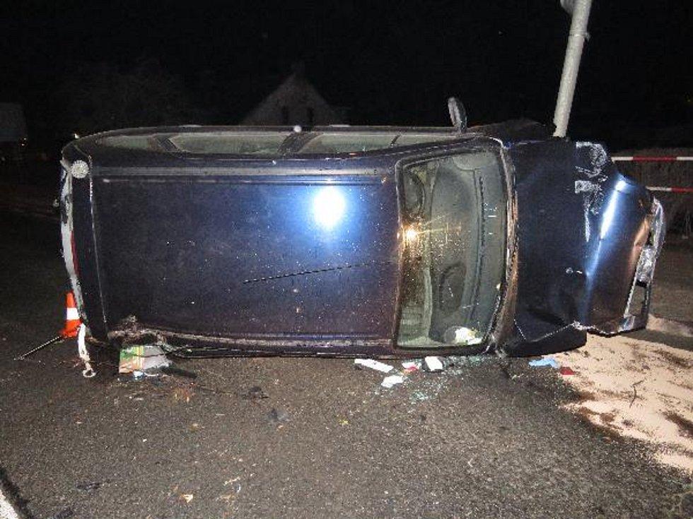Opilý řidič havaroval na železničním nadjezdu