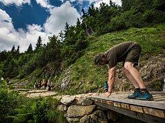 Strážci Krkonošského národního parku průběžně připravují na sezonu chodníky v Krkonoších. Například opravili lávku na cestě vedoucí na Sněžku Obřím dolem.