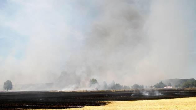 Požár strniště u Petroviček.