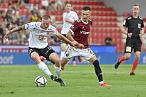 DEBAKL. Fotbalisté Hradce Králové prohráli na Spartě 0:4. Na snímku Petr Kodeš a Jakub Pešek, střelec dvou branek.
