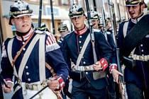Pěchota s jezdectvem v dobových uniformách na královéhradeckém Masarykově náměstí.