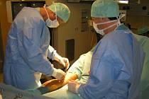 Ošetření střepinového poranění v české nemocnici