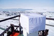 Brewerův spektrofotometr na argentinské stanici Marambio v oblasti antarktického poloostrova.
