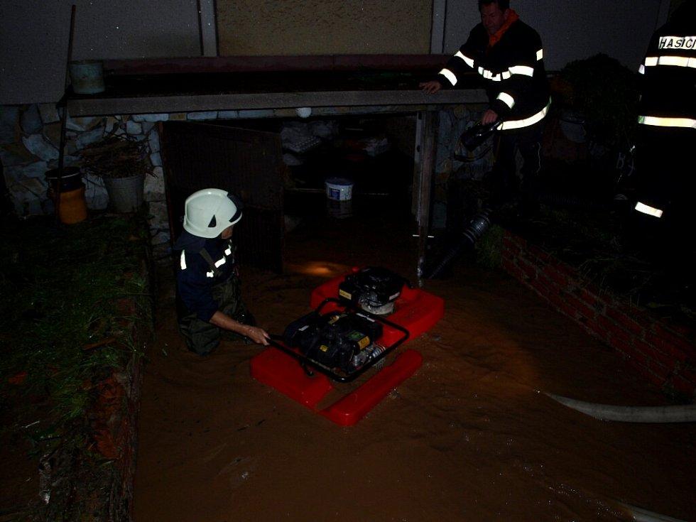 Hasiči při odčerpávání vody ze zatopených domů na Hradecku.