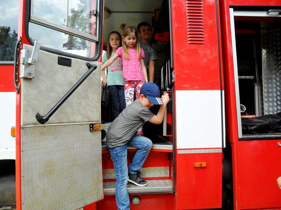 Dětský den školáků ze ZŠ Pouchov u dobrovolných hasičů v Malšovicích.