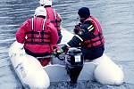 Hasiči SDH Lochenice při práci na vodě.