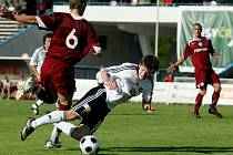Fotbal, II. liga: Hradec - Sparta B. Na snímku hradecký Václav Pilař (v černobílém) a Lukáš Droppa.