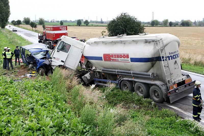 Tragická nehoda u Holohlav na Královéhradecku. Viník, asistent trenéra pardubických hokejistů Lubina, po havárii utekl do polí.