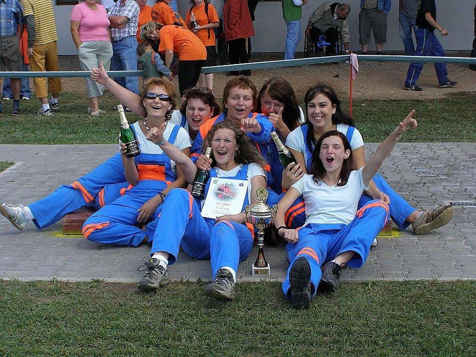 Lidé svatého Floriána: Za SDH Roudnice se Východočeské ligy pravidelně účastní i družstvo žen.