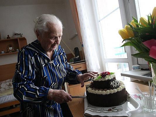 Hedvika Trutnovská, která nyní žije v hradeckém domově důchodců, oslavila sté narozeniny. K významnému jubileu jí přišel blahopřát primátor Hradce Králové Zdeněk Fink.