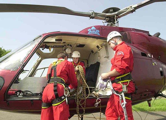 Převoz zraněného vrtulníkem