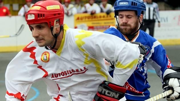 Hokejbal, 3. finále extraligy: Hradec - Kladno. Na snímku hradecký Petr Novák (vlevo).