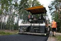 Pokládání nového pevného povrchu na Hradečnici v městských lesích.