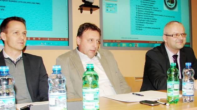 Na valné hromadě – zleva: Rudolf Řepka (generální sekretář FAČR), Václav Andrejs (předseda KFS), Martin Zbořil (předseda OFS).
