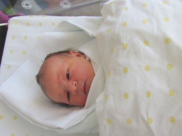 SÁRA IVA VODOVÁ poprvé otevřela oči v pondělí 20. dubna ve 12,57 hodin. Svými 51 centimetry a 3700 gramy vykouzlila úsměv na tváři rodičům Sandře a Pavlovi z Hradce Králové.