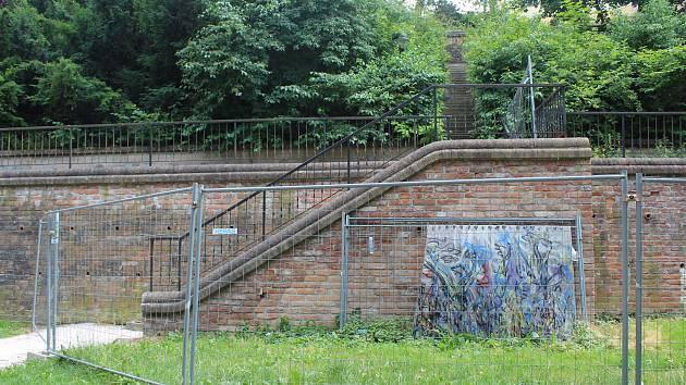 Uzavřená je centrální část severních teras. Schodiště vedoucí na Kavčí plácek technické služby musely podepřít panely.