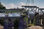 Stavbaři začali v Hradci rozebírat železný příhradový most přes řeku Orlici ve čtvrti Svinary. Most plukovníka Šrámka nahradí nová konstrukce. Polovina původního mostu z roku 1907 zůstane zachována jako doklad mostního stavitelství počátku 20. století.