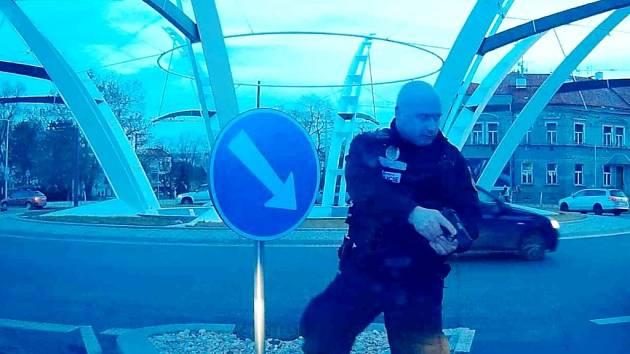 Řidič ujížděl před hlídkou městské policie.