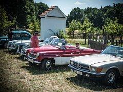 Setkání majitelů automobilových a motocyklových veteránů v Krňovicích.