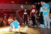 Breakdance akce s názvem What's Up Battle v královéhradeckém Aldisu.