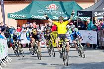 S rukama nad hlavou si Alois Kaňkovský (ve žlutém) dojíždí pro další prvenství.