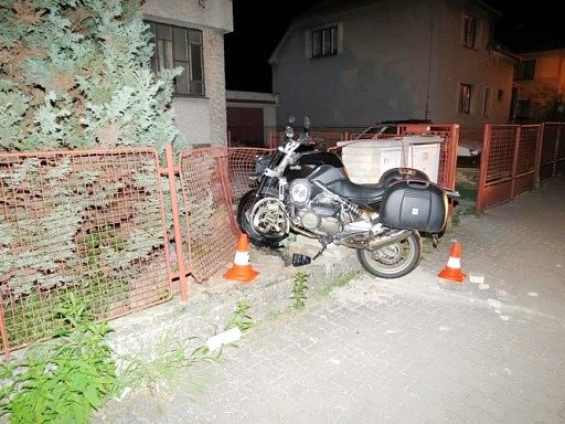 Havárie motocyklu ve Školské ulici v Předměřicích nad Labem.