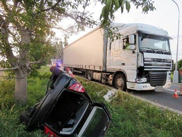 Dopravní nehoda osobního automobilu a kamionu na silnici I/35 uStračova.