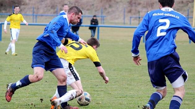 Bydžovský Michal Blažej (v modrém) v souboji s hráčem Chlumce.