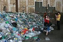 Kupa odpadu, ve kterém bylo novorozeně