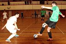 AUTOR GÓLU hradeckého Salamandru Petr Blažek zachycen s míčem v utkání proti vedoucímu FC Tango Brno (2:3). O těsném vítězství lídra z jihu Moravy rozhodl hattrickem Belej.