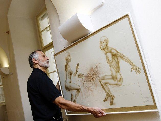 Jan Kavan vystavující svá díla v královéhradecké Galerii Na Hradě.