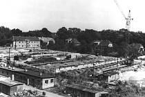 Výstavba tří bloků v roce 1966, v pozadí je ulice U Cihelny.