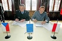 """Slavnostní akt podpisu česko – polského dokumentu """"Harmonogram spolupráce na rok 2011"""", proběhl 25. března  na státním zámku Hrádek u Nechanic."""