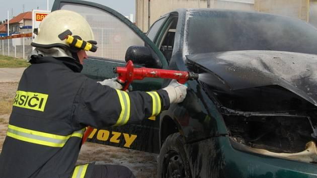 Přímo z místa smrtelné nehody jeli v Roudnici hasiči likvidovat požár auta