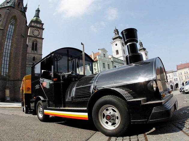 Turistický hradecký vláček v ulicích krajské metropole.