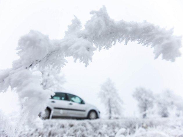 Námraza na silnicích a stromech v Královéhradeckém kraji.