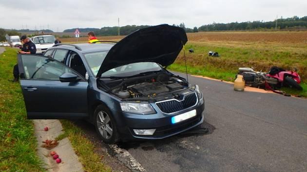 Dopravní nehoda osobního automobilu a motocyklu ve Velichovkách.