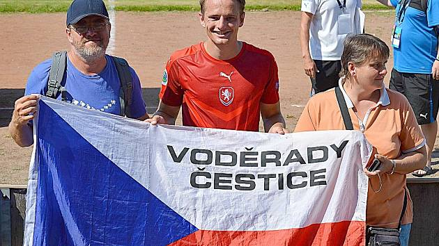 PODPORA RODINY. Michala Bricha povzbuzovali při prvním utkání Region's Cupu se Španělskem rodiče.
