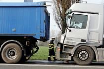 Havárie dvou kamionů u křižovatky ČKD v Hradci Králové. Řidič Mercedesu Benz nestačil včas zastavit a zezadu narazil do brzdícího nákladního vozu značky DAF. Výsledkem bylo lehké zranění šoféra mercedesu a hmotná škoda ve výši 550 tisíc korun.