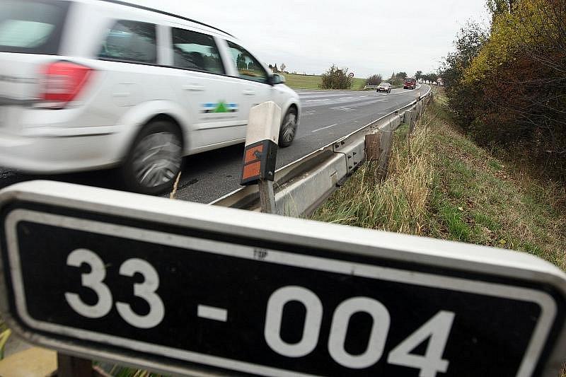 Nehoda u Lochenic, kde zemřela cyklistka po srážce se Škodou Favorit, a místo objížďky.