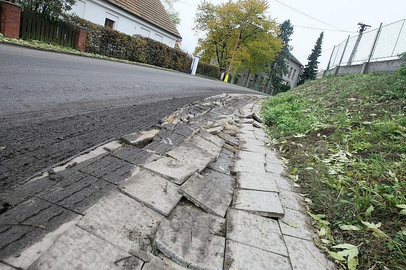 Chodníky v Nedělištích dostaly zabrat i 9. listopadu, kdy tudy kvůli objížďce jezdily kamiony. Vjížděly i na chodníky.