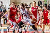 Hradecká basketbalistka Kateřina Křížová (u míče) v akci.