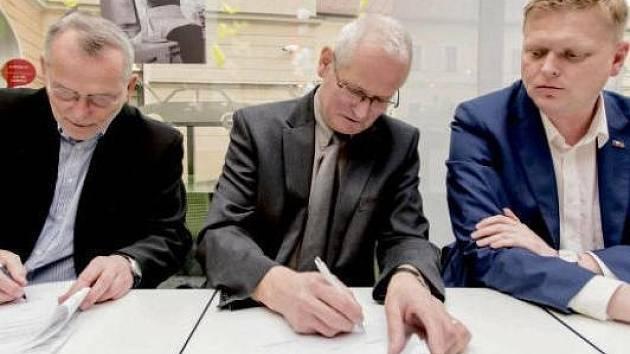 Předseda Hradeckého demokratického klubu Zdeněk Fink (vlevo) a krajský předseda lidovců Vladimír Derner (uprostřed) při podpisu koaliční smlouvy. Vpravo příhlížející Pavel Bělobrádek.